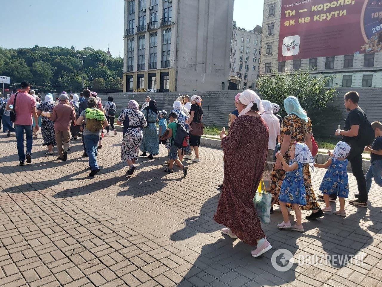 Верующие привезли на Крестный ход детей.