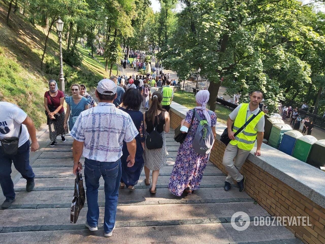 Паломники направляются к памятнику Владимиру Великому.