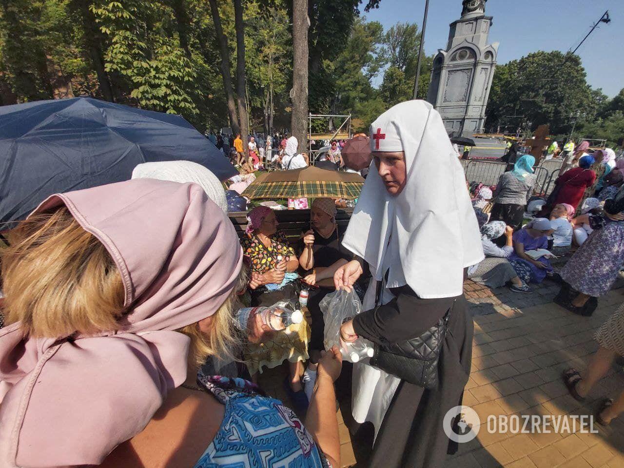 Монахини бесплатно раздавали воду всем желающим.