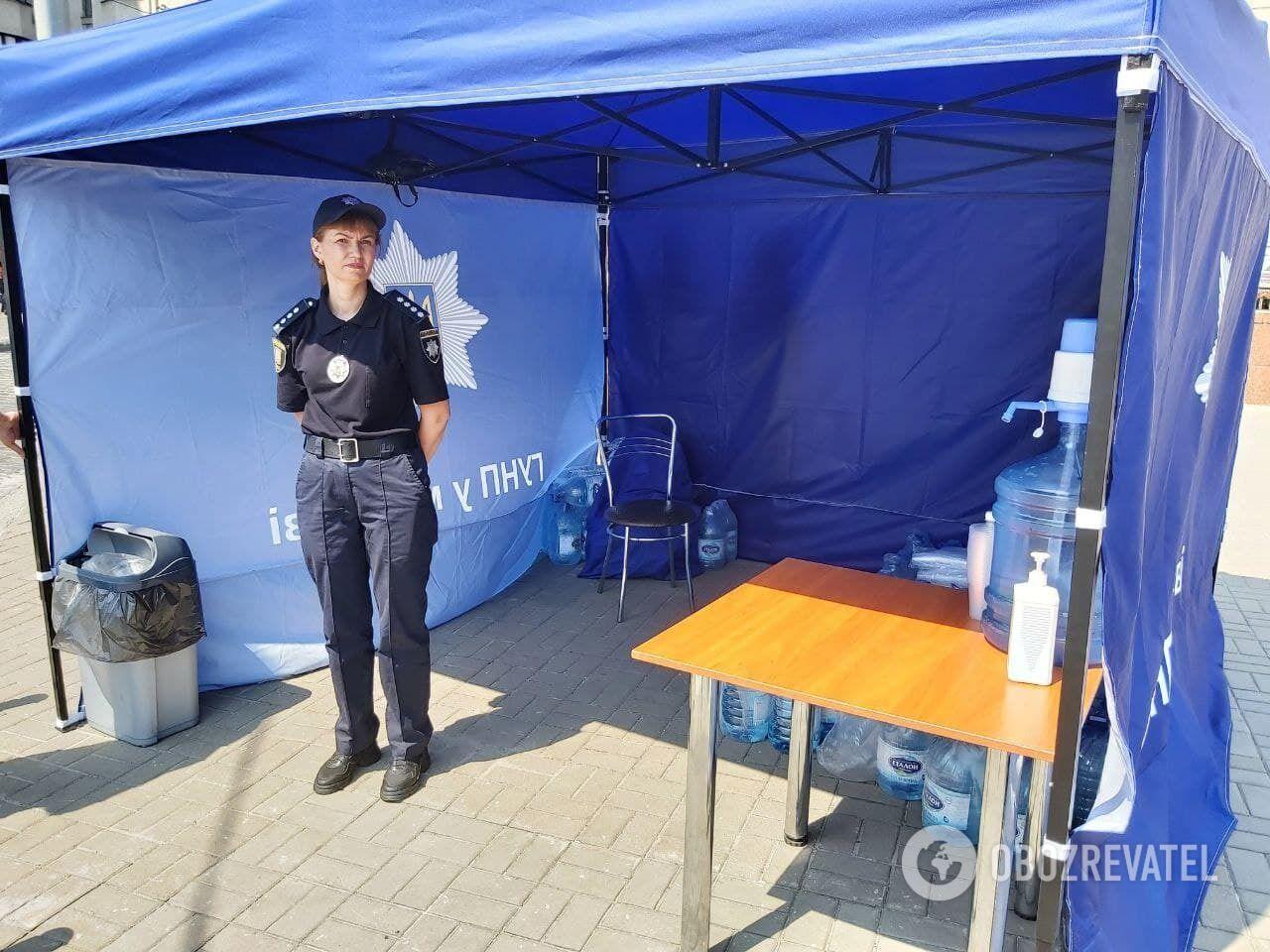Полиция установила палатки, где люди могут бесплатно попить.