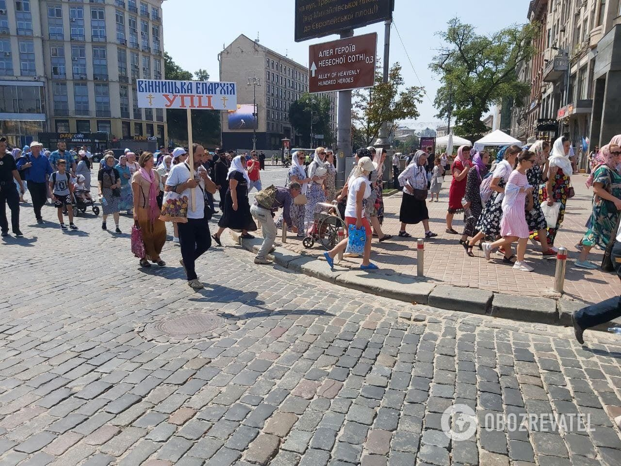 Верующие продолжают идти к Владимирской горке.