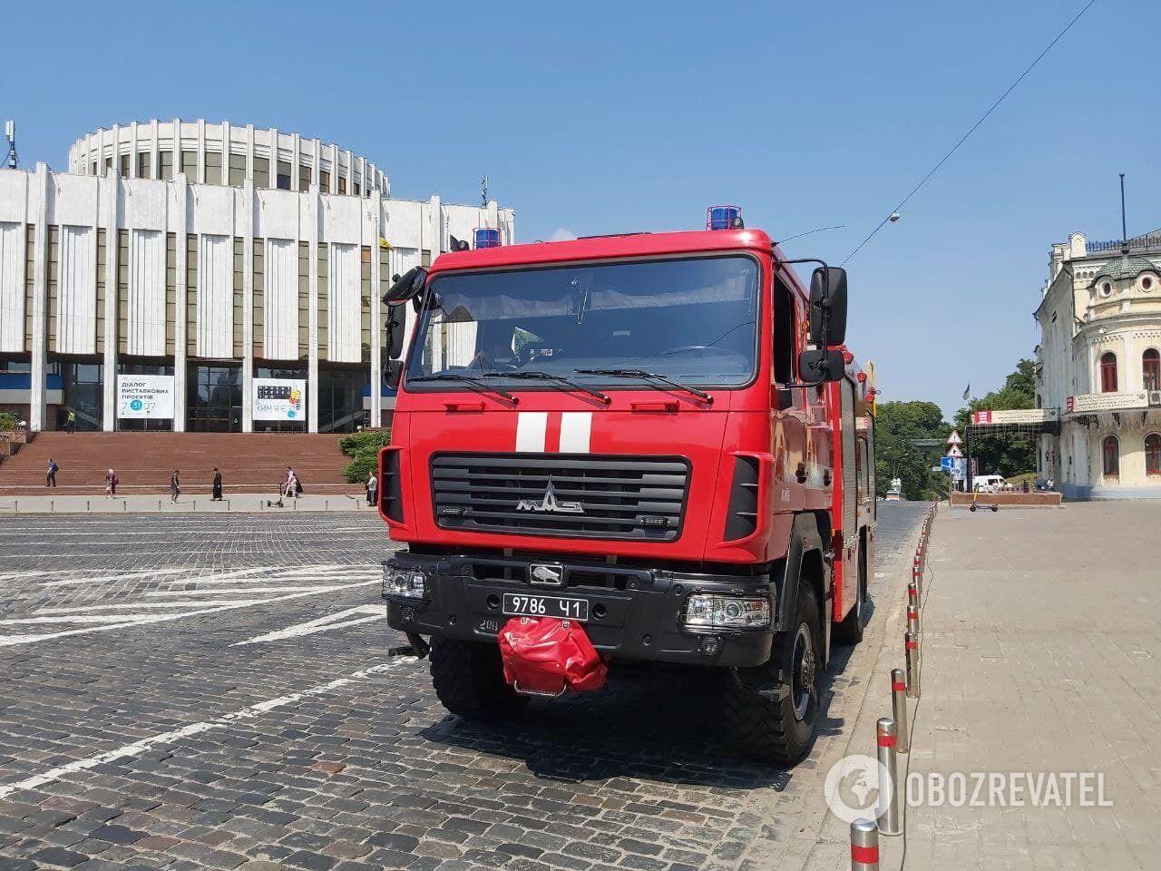 На Европейской площади дежурит автомобиль ГСЧС.