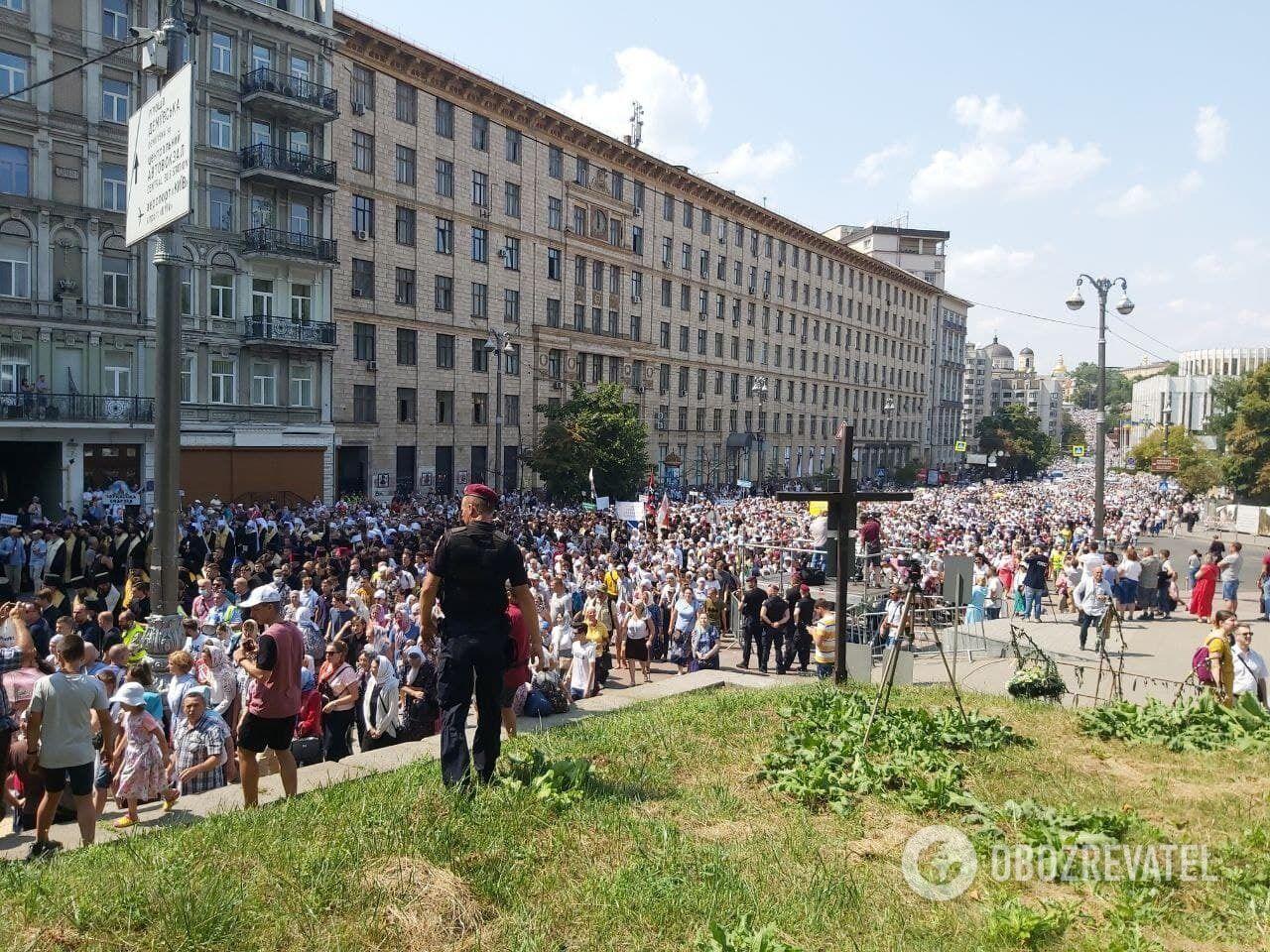Люди идут по улице Грушевского.