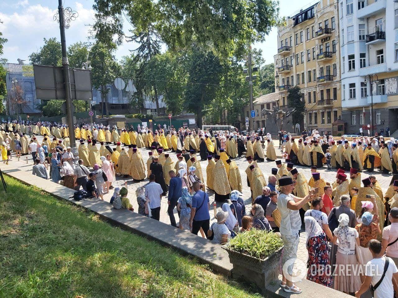 Священники идут в сторону Печерской лавры.