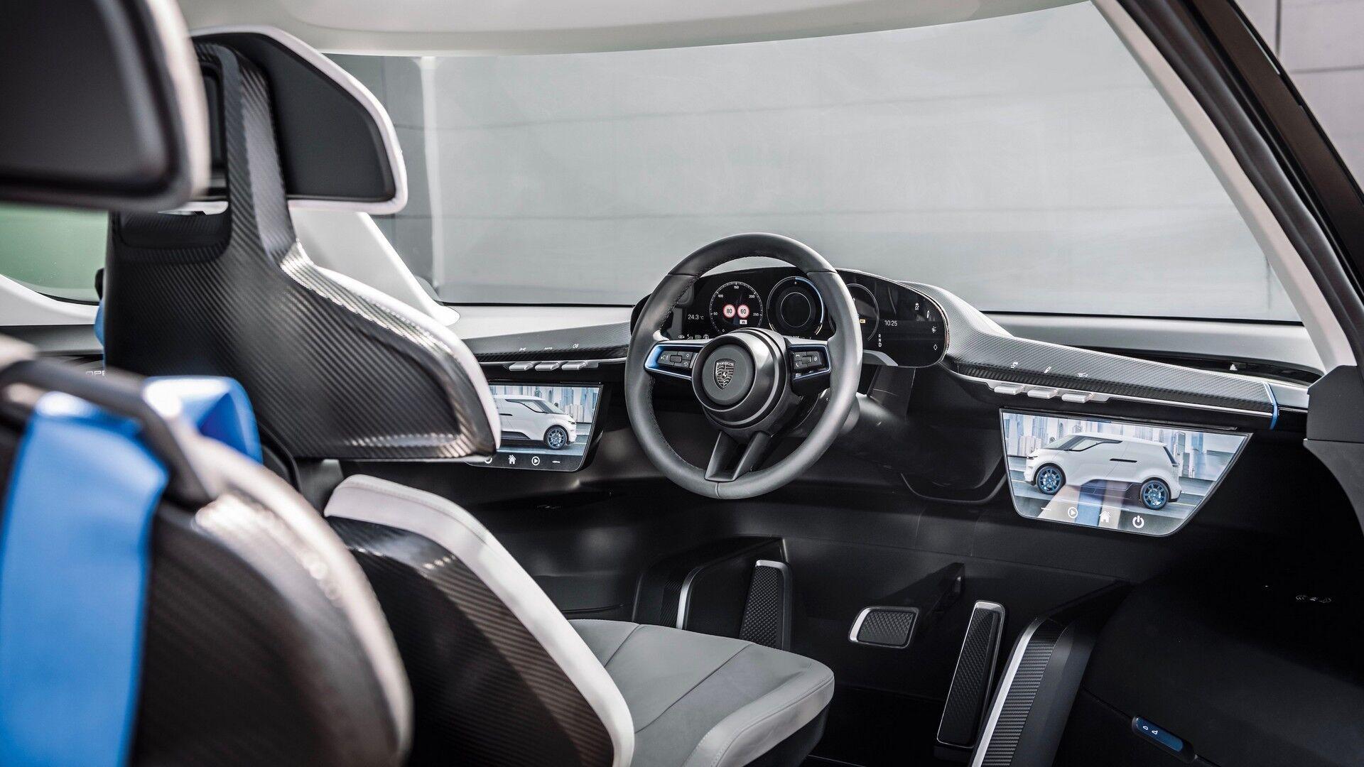 Автомобиль получил инновационный салон с тремя рядами сидений, причем, водительское, как у болида McLaren F1, расположено по центру
