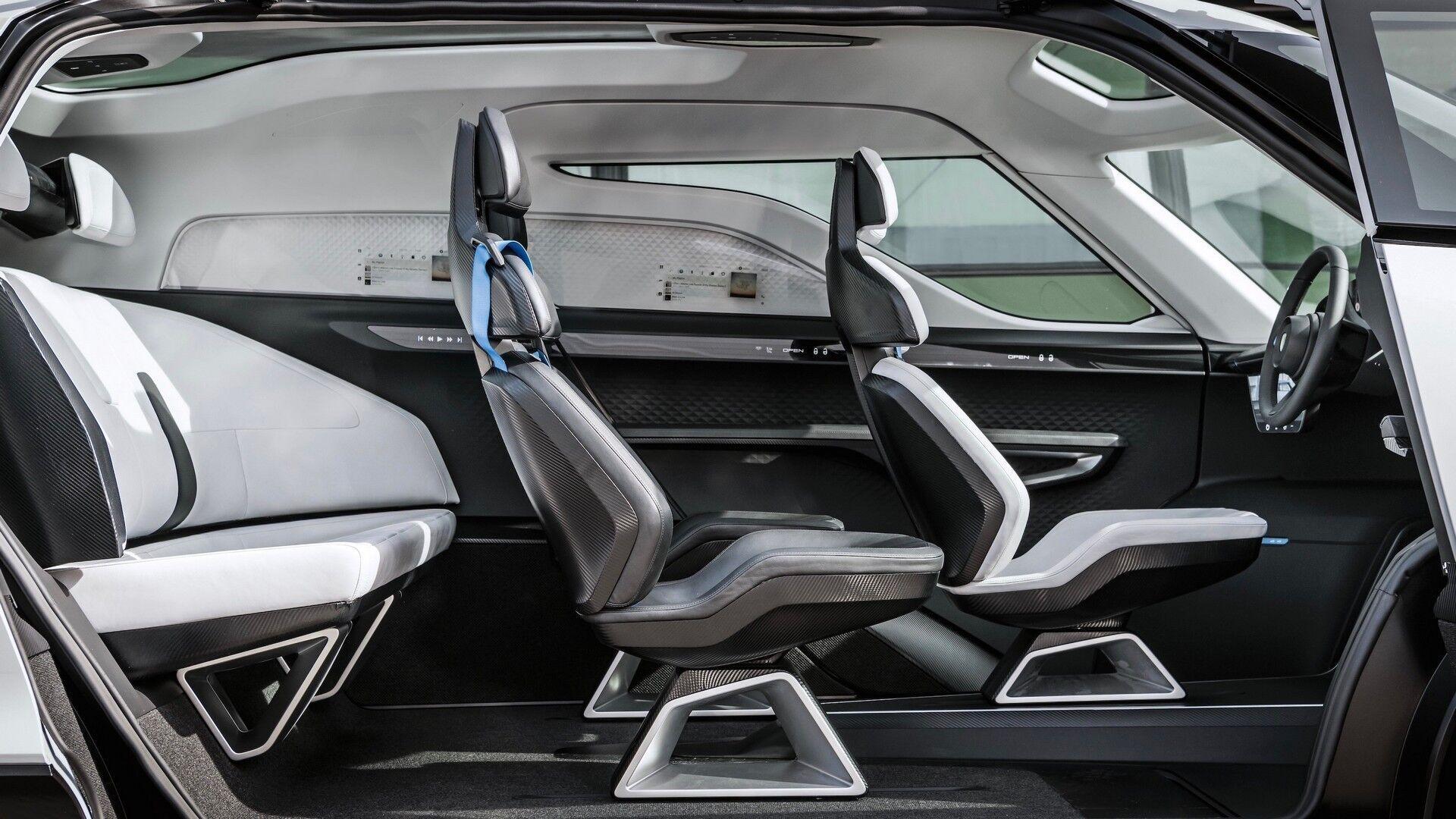 В салоне есть три индивидуальных анатомических кресла в карбоновых корпусах, а третий ряд представляет собой трехместный диван