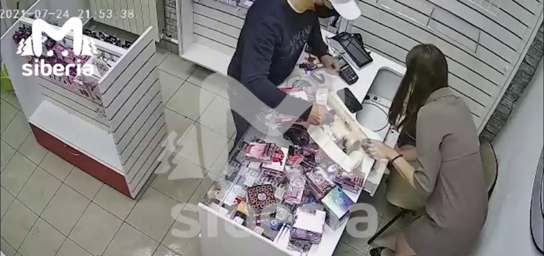 """Кассир секс-шопа ударила грабителя """"подручным средством"""""""
