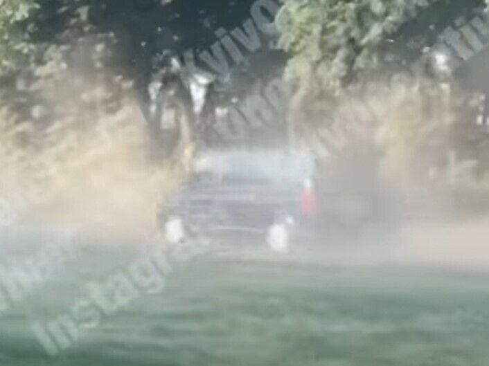Автомобили поднимают тучи пыли.