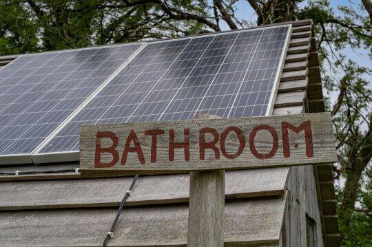 Есть отдельная ванная комната с собственным источником воды.