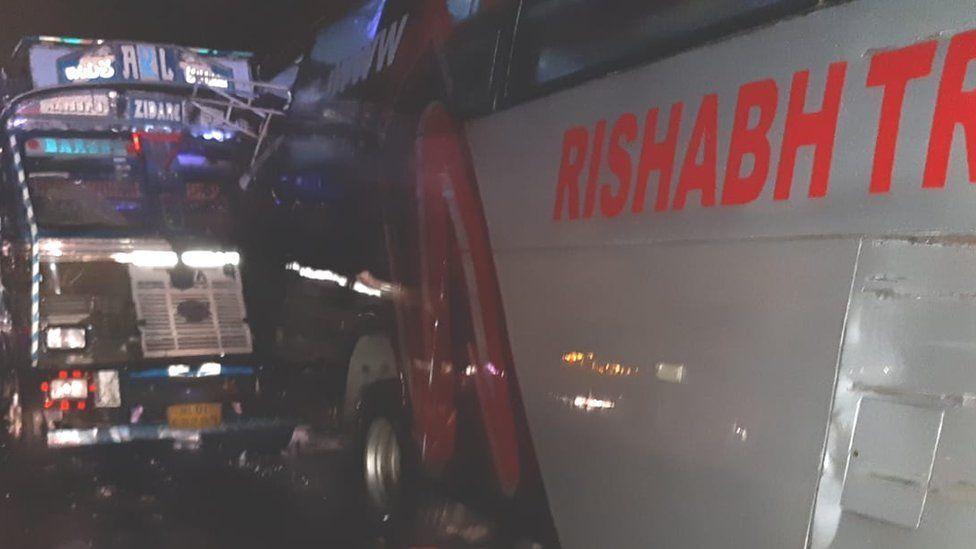 Вантажівка врізалася в автобус