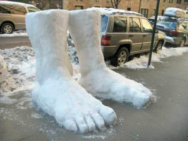 Люди зліпили ступні зі снігу
