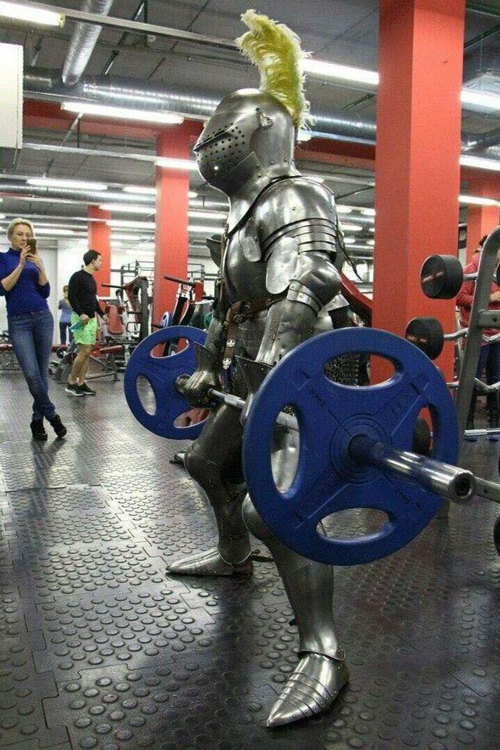 В спортзалі тренується воїн з Середньовіччя