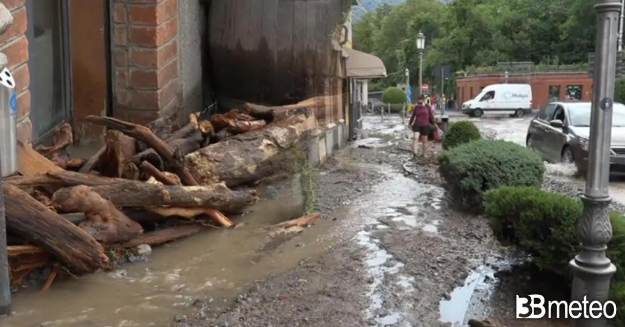 Реки вышли из берегов, что привело к перекрытию некоторых дорог