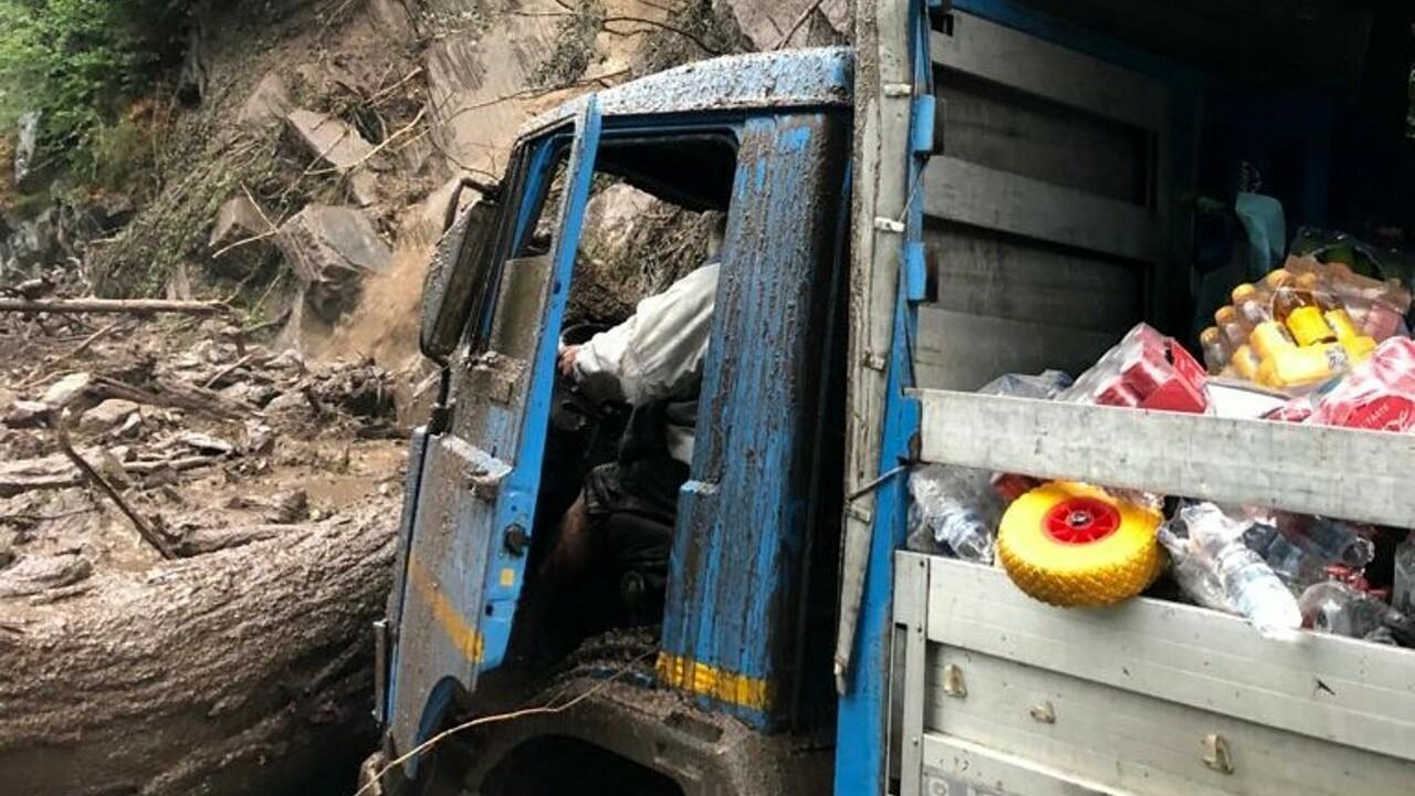 Водитель грузовика, который оказался в месте схода оползня, к счастью, не пострадал