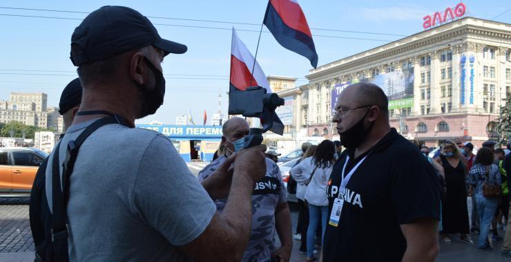 Люди з прапорами народу РФ