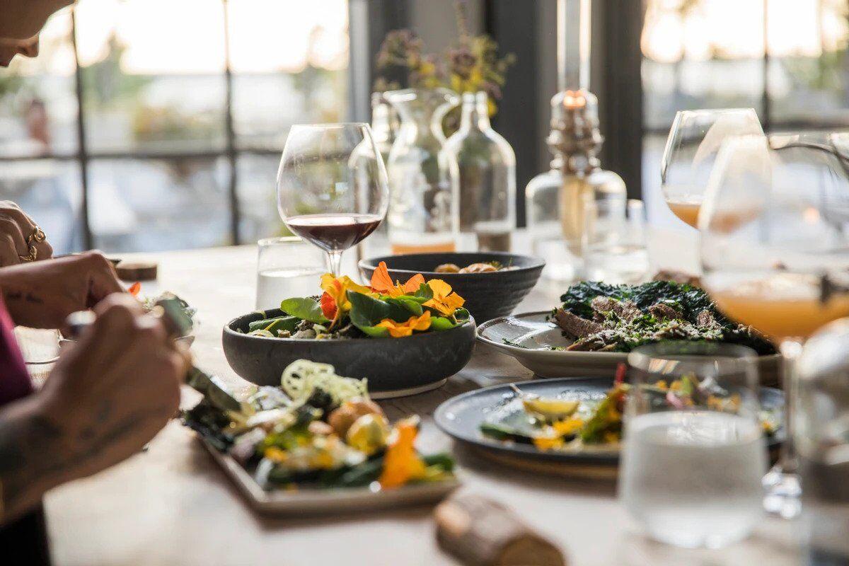 Часто отдыхающие получают отравление шведским столом из-за большого количества употребляемых жирных и жареных продуктов