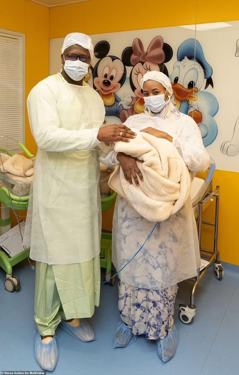 Многодетная мать и отец вместе со своим ребенком.