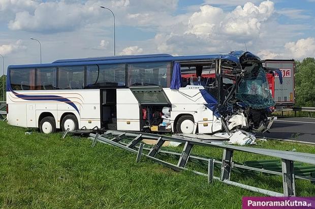 Автобус врізався у вантажівку