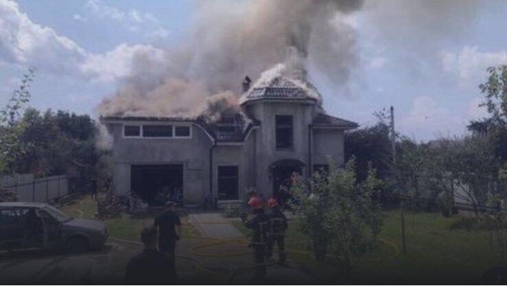Легкомоторный самолет упал на частный жилой дом в 13:40
