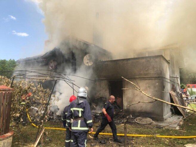 Пожарным понадобилось больше часа, чтобы потушить огонь