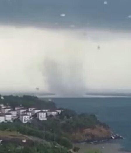 Водяной смерч прошел на побережье Черного моря.