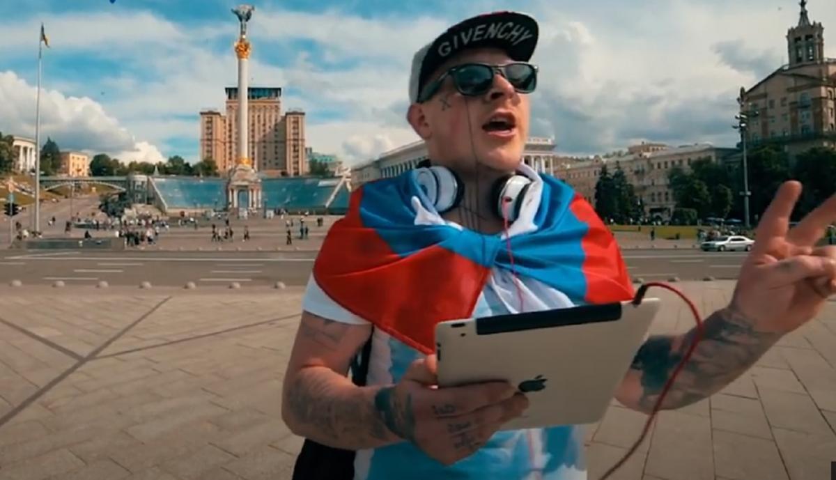 Остапчук завернулся в флаг России и поет гимн государства-агрессора