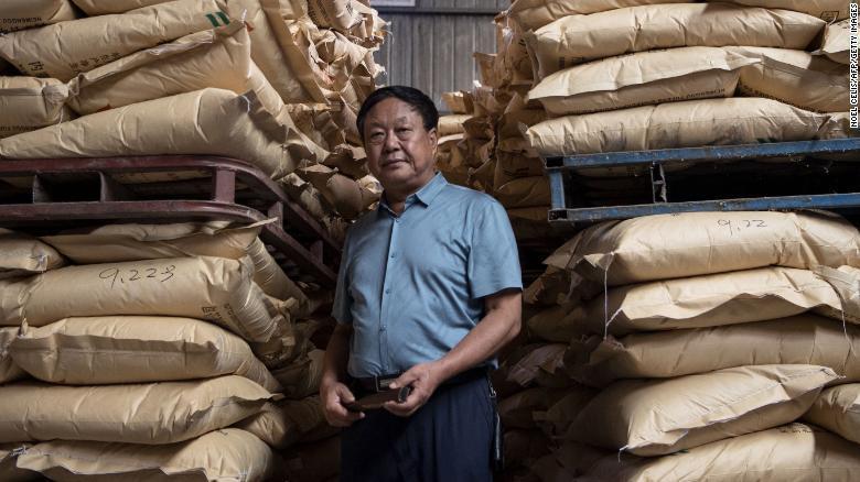 Сунь Даву позирует на складе кормов в Хебеи