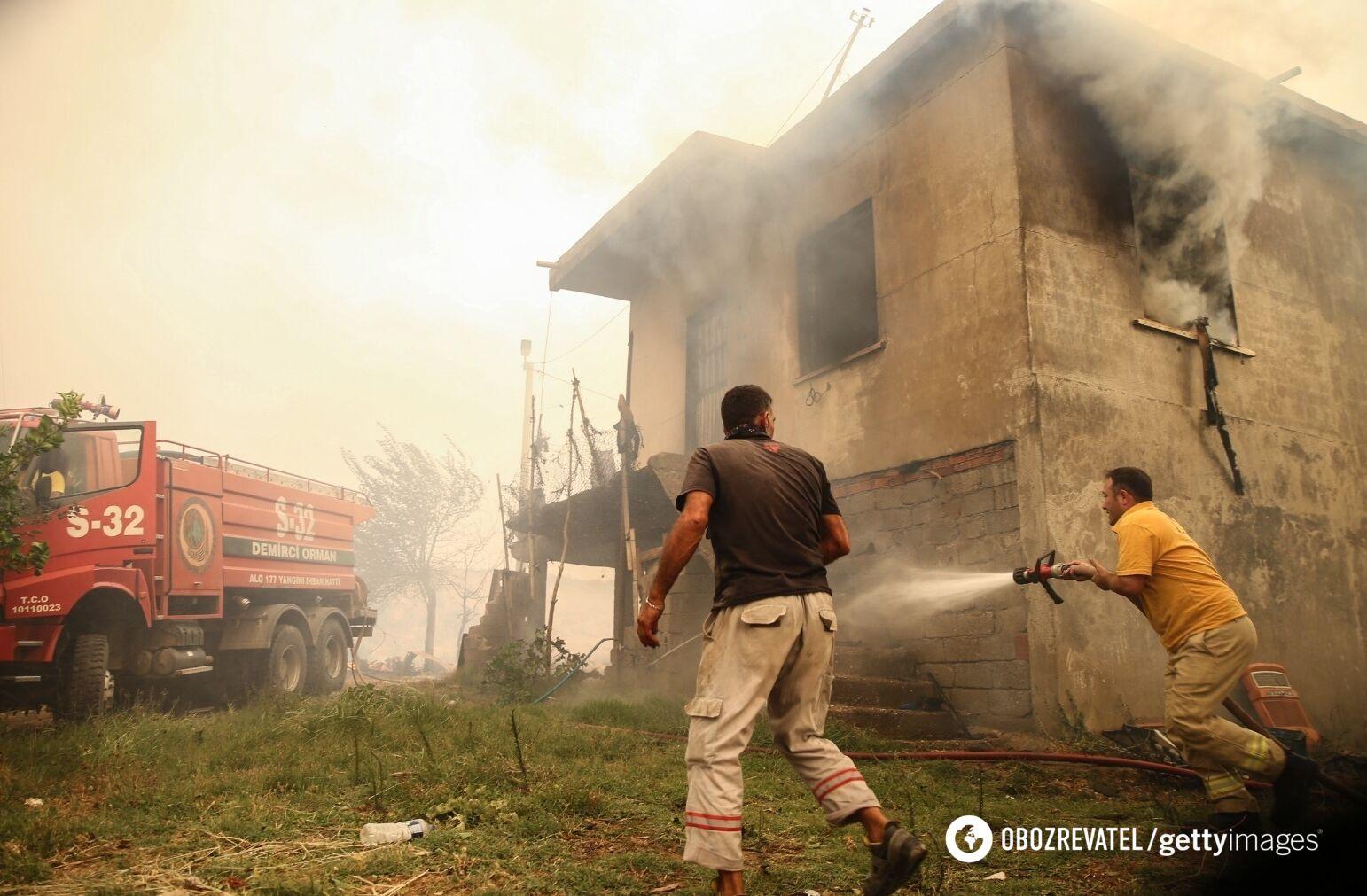 Спасатели тушат огонь в доме