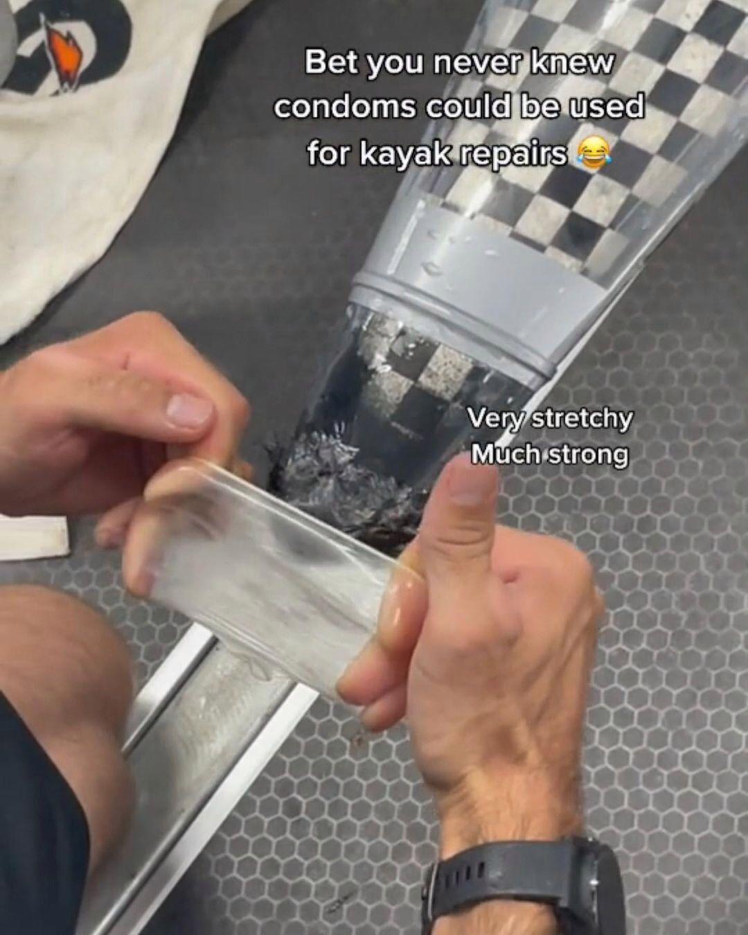 Презерватив использовали для ремонта каяка