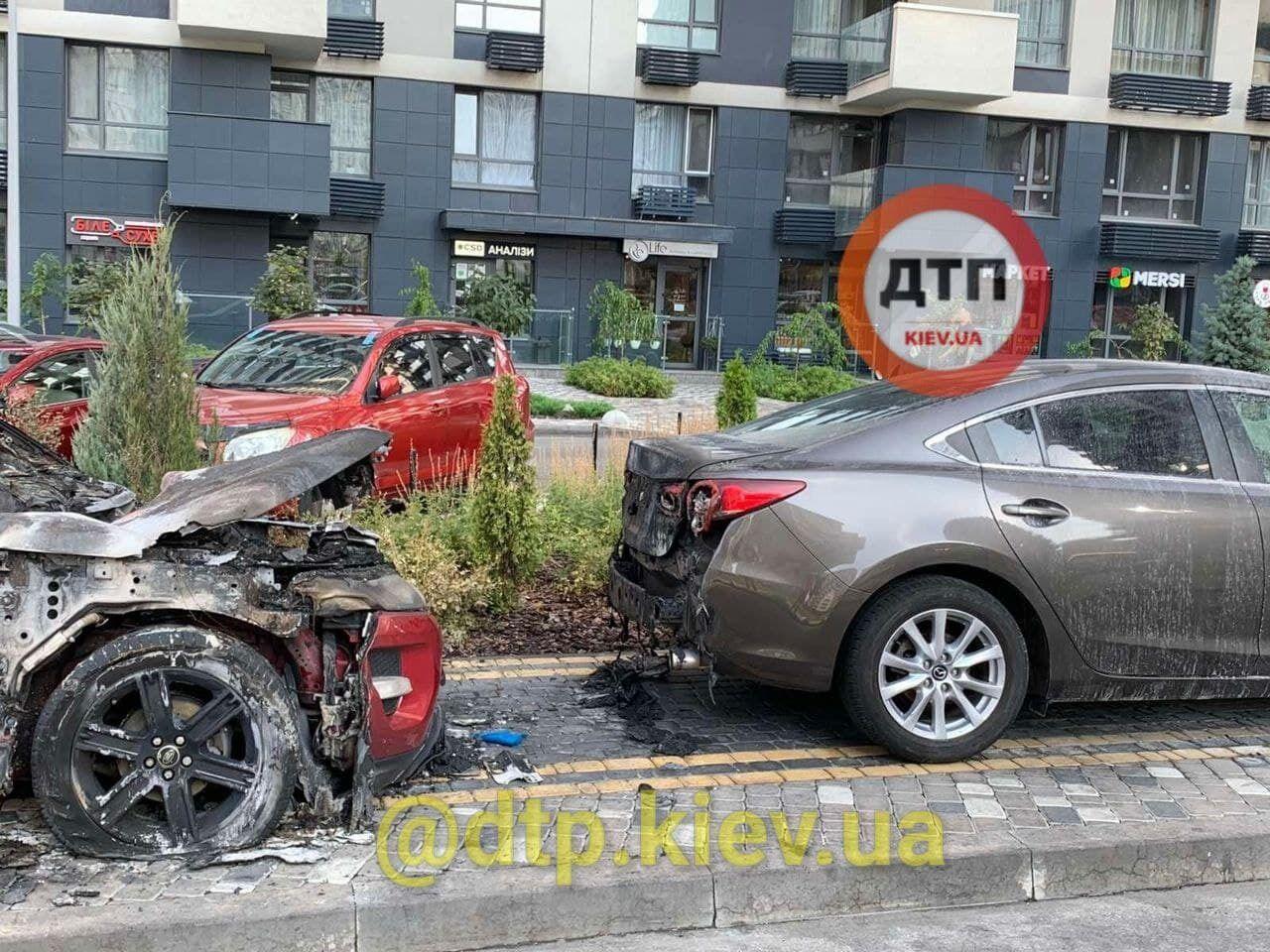 В результате пожара повреждения получили два авто.