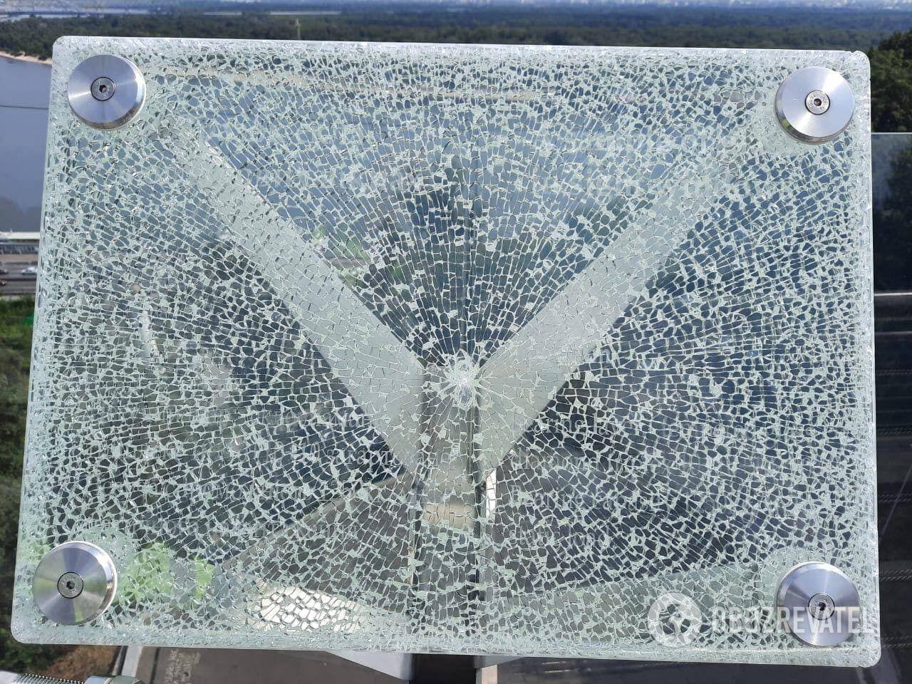 Вандал разбил два стеклянных информационных стенда.