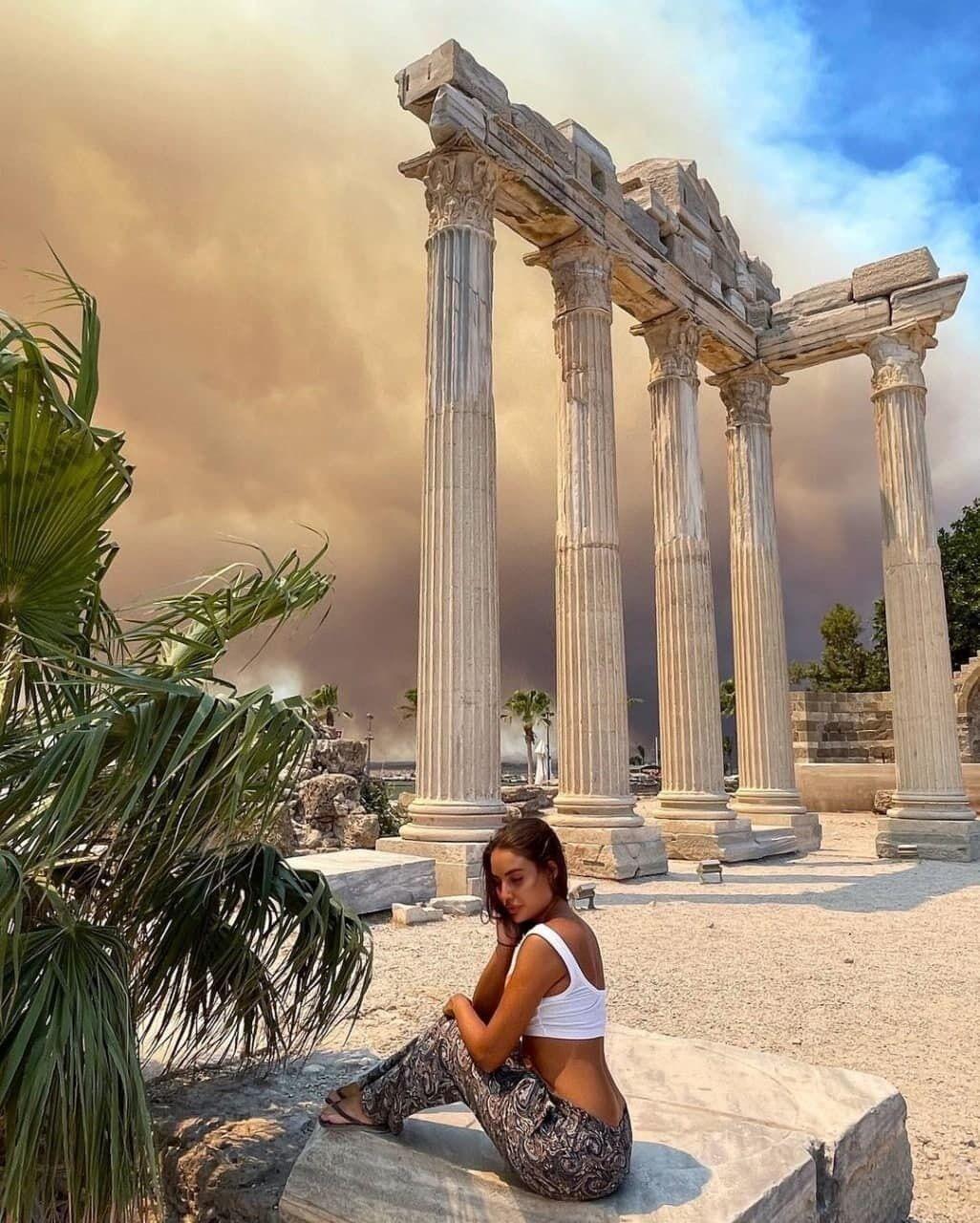 Девушка показала фото на фоне густого дыма.
