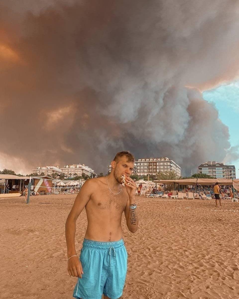 Турист сфотографировался на фоне облака дыма.
