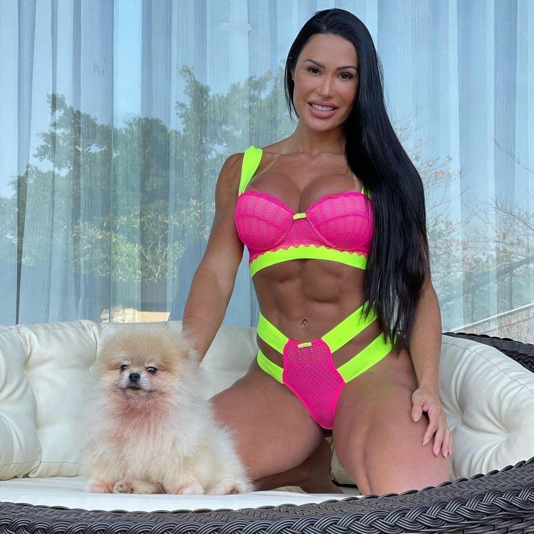 Грациана Барбоза со своей собакой.
