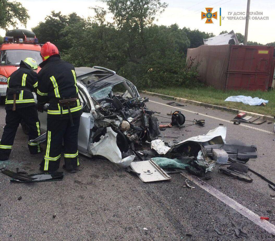 Водителя и пассажиров с Volkswagen доставали спасатели