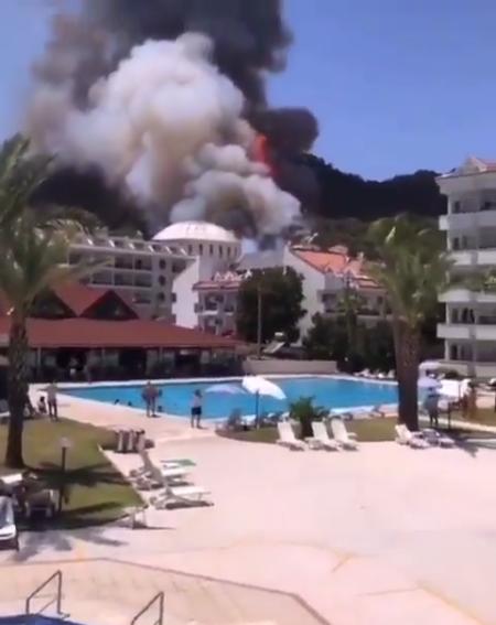 Пожежа підібралася до готелю в Мармарисі.