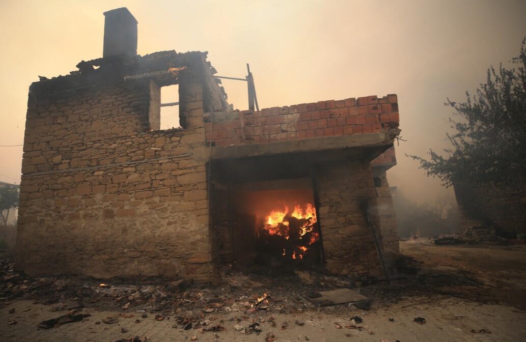 Пожежі знищили будинки.