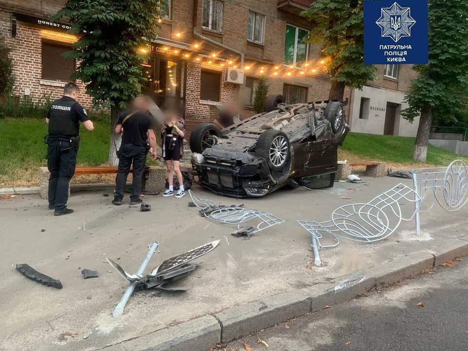 Машина перевернулась на крышу.