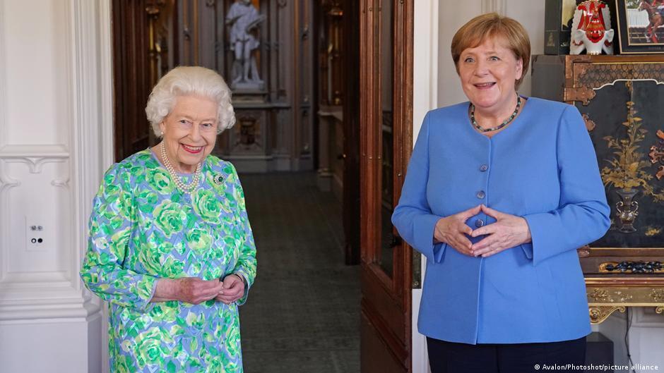 Историческое фото на память: Елизавета II в третий раз приняла Ангелу Меркель