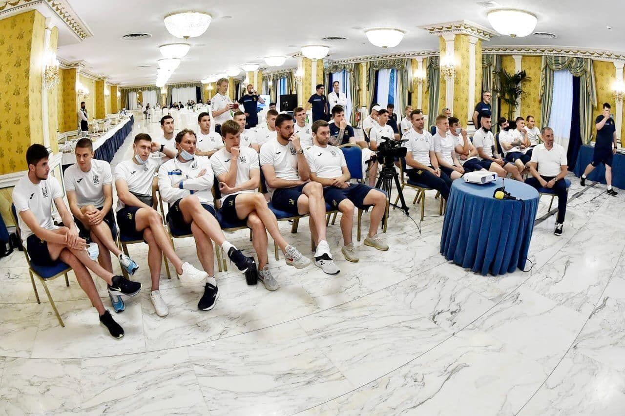 Збірна України з футболу слухає президента