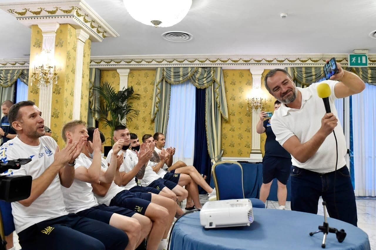 Андрій Павелко показує напутні слова від президента