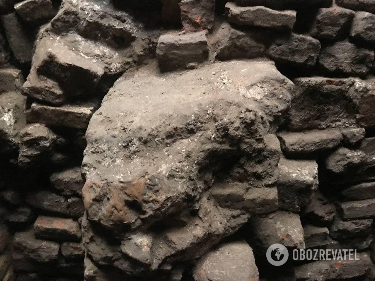 Для спорудження підвалів використовували старовинну цеглу.