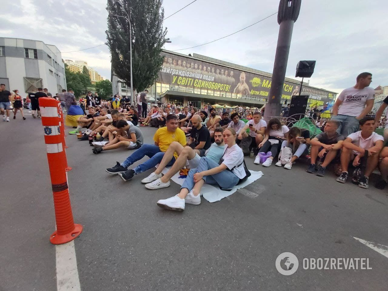 У фан-зону Києва підтягуються вболівальники.