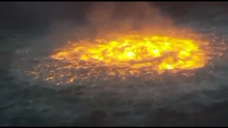 Огонь было видно над поверхностью воды