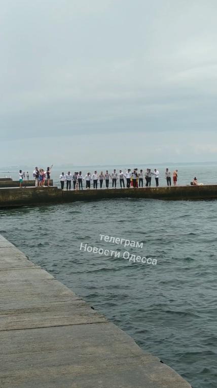 В Одессе студенты прыгали в море в одежде