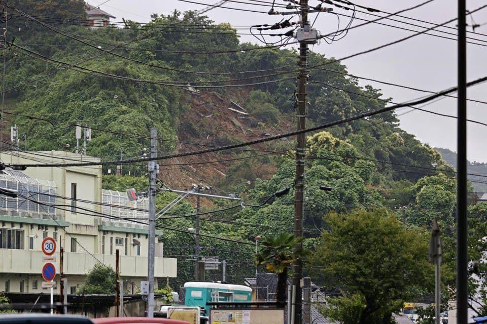 На японське місто зійшов великий зсув.