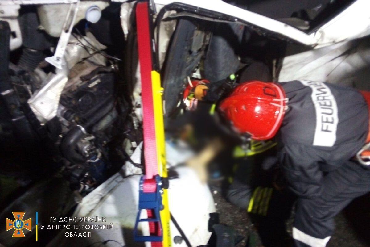 Загиблого і постраждалих із потрощених авто діставали рятувальники