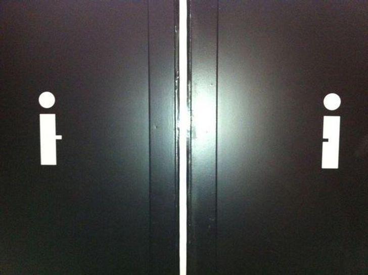 В ресторане повесили смешной туалетной значок.