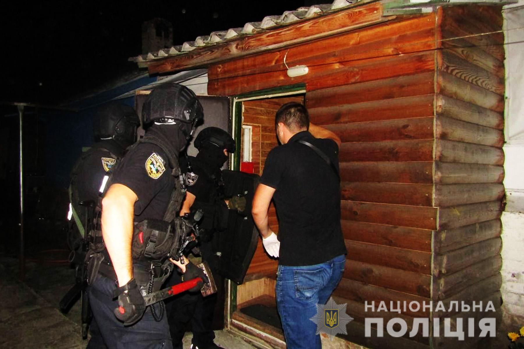 На место совершения преступления выехали следственно-оперативная группа Черниговского районного управления полиции.