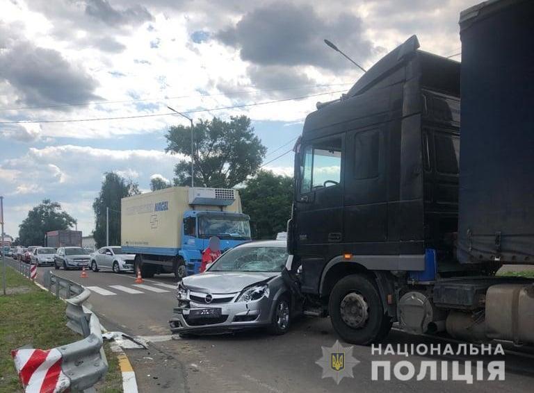 Opel та вантажний автомобіль зіткнулися